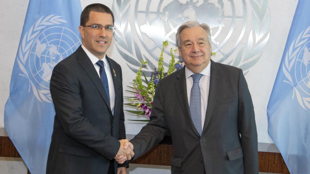 Fotografía cedida por la ONU donde aparece su secretario general, António Guterres, mientras saluda al canciller venezolano, Jorge Arreaza, este 24 de abril de 2019, en la sede del organismo en Nueva York, Estados Unidos.