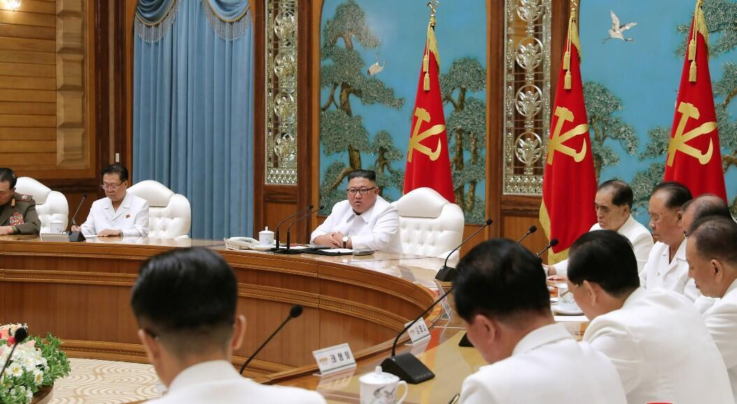 Reunión de emergencia del líder norcoreano, Kim Jong Un, con el buró político del Comité Central, en Pyongyang, Corea del Norte, el 25 de julio de 2020.