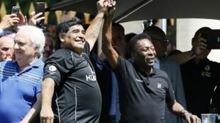 مارادونا وبيليه خلال المباراة الودية 9 حزيران/يونيو 2016