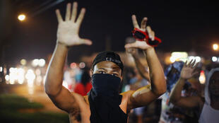 Un manifestant dans la nuit de vendredi à samedi, à Ferguson