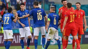 Les Italiens et les Gallois, à la fin du match remporté par la Squadra Azzurra, 1-0, lors de la 2e journée du groupe A à l'Euro 2020, le 20 juin 2021 à Rome