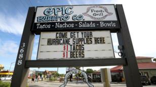 Un restaurant de Floride, à Cocoa Beach, propose des ravitaillements à l'approche de l'ouragan Dorian, le 30 août 2019.