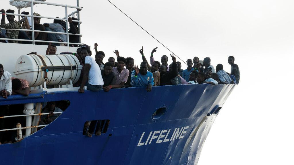 Los migrantes se ven en la cubierta del bote de rescate de la ONG alemana, Lifeline, en el Mar Mediterráneo, el 21 de junio de 2018.
