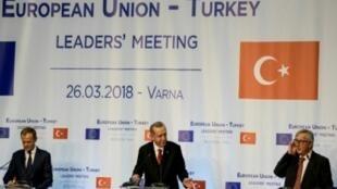 أردوغان بين يونكر وتوسك خلال مؤتمر صحافي في فارنا 26 آذار/مارس 2018.