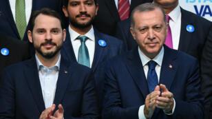 Le président turc Recep Tayyip Erdogan (droite) et son gendre Berat Albayrak assistent à un meeting électoral le 29 mai 2018.