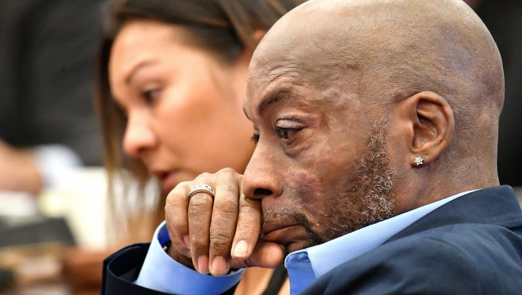 Dewayne Johnson escucha la intervención de su abogado durante la presentación de la demanda contra Monsanto en el juzgado de San Francisco, California, 9 de julio 2018