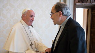 Le pape François serre la main du cardinal Barbarin, le 20 mai, au Vatican.