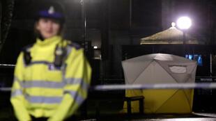 Agentes de la policía británica se mantienen custodiando el lugar donde fue encontrado el exespía ruso Sergei Skripal