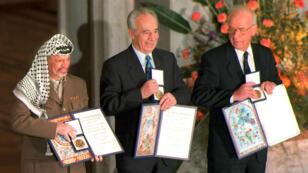 Yasser Arafat, Shimon Peres et Yitzahk Rabin, le 11 décembre 1994, reçoivent le prix Nobel de la paix pour les accords d'Oslo.