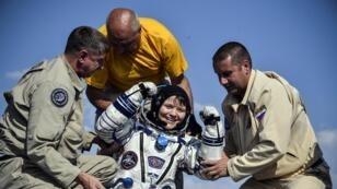 رائدة الفضاء آن ماكلاين تخرج من كبسولة سويوز إم إس11 في كازاخستان. 25 يونيو/حزيران 2019.