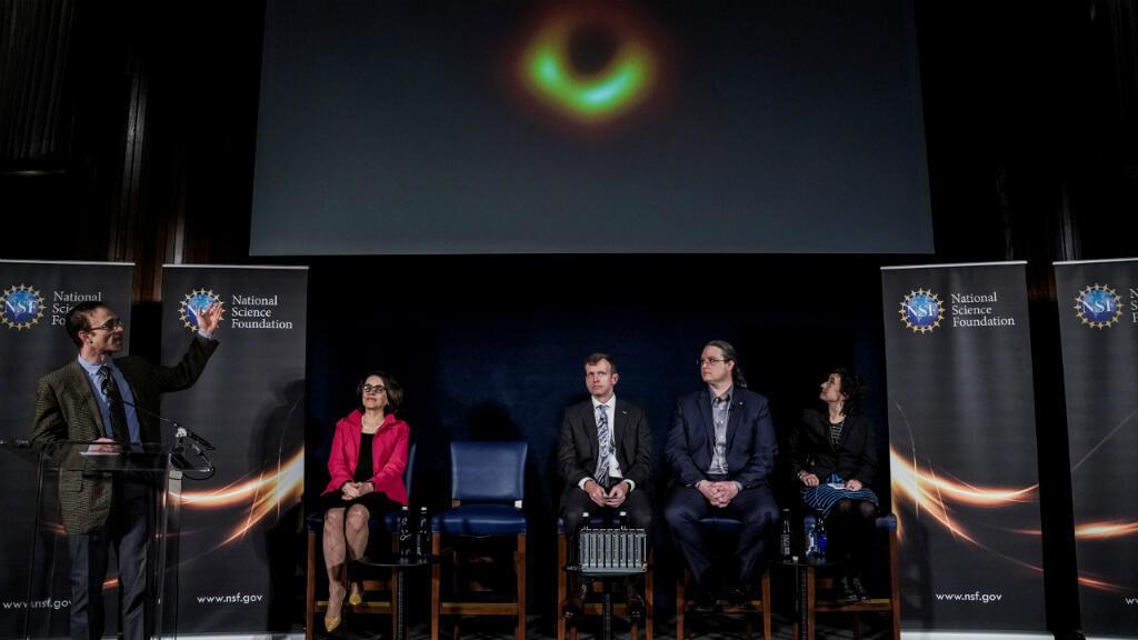 El equipo del proyecto EHT muestra la primera foto de un aguejro negro en la rueda de prensa del 10 de abril en Washington (EE. UU.)