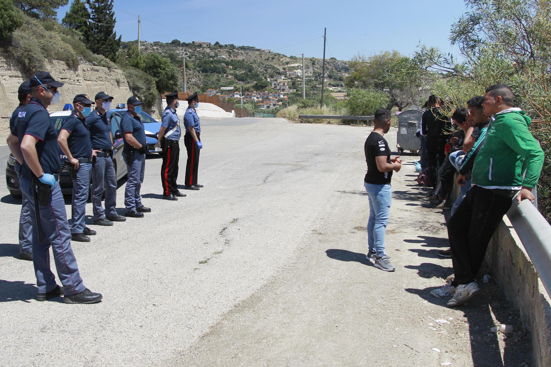 الشرطة الإيطالية توقف مهاجرين غير شرعيين