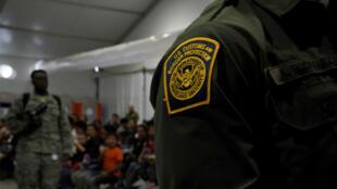 Un membre de la police des frontières, dans le centre pour migrants de Donna, au Texas, le 12 juillet 2019.