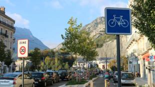 À Grenoble, le maire EELV Éric Piolle souhaite développer les zones piétonnes, cyclables et les transports en commun.