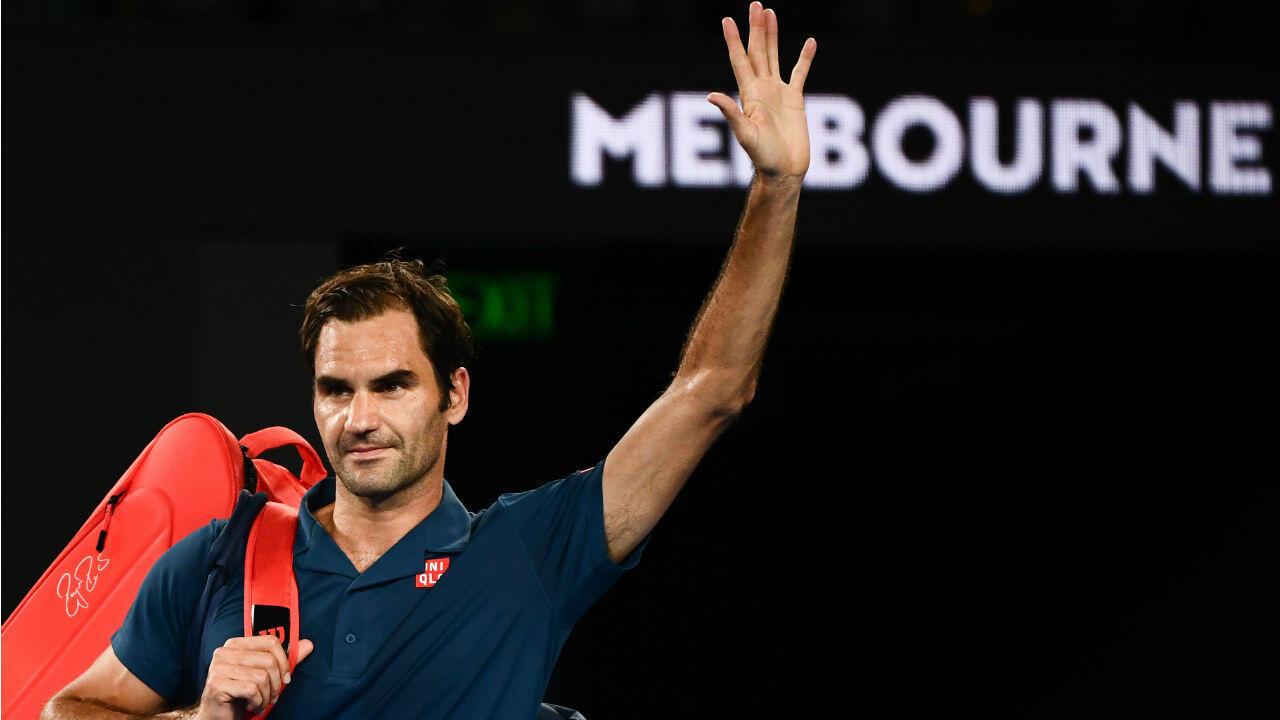 Le Suisse Roger Federer quittant le terrain après sa défaite contre le Grec Stefanos Tsitsipas en huitièmes de finale de l'Open d'Australie, à Melbourne le 20 janvier 2019.
