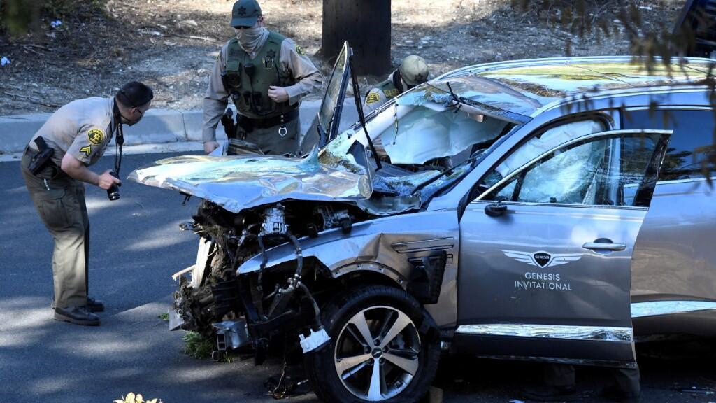 Los agentes del alguacil del condado de Los Ángeles inspeccionan el vehículo del golfista Tiger Woods, quien fue trasladado de urgencia al hospital después de sufrir múltiples lesiones, luego de estar involucrado en un accidente de un solo vehículo en Los Ángeles, California, EE. UU., el 23 de febrero de 2021.