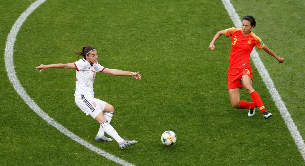 La española Patri Guijarro lanza a portería ante la china Yuping Li en un partido disputado en Le Havre, Francia. 17 de junio de 2019.