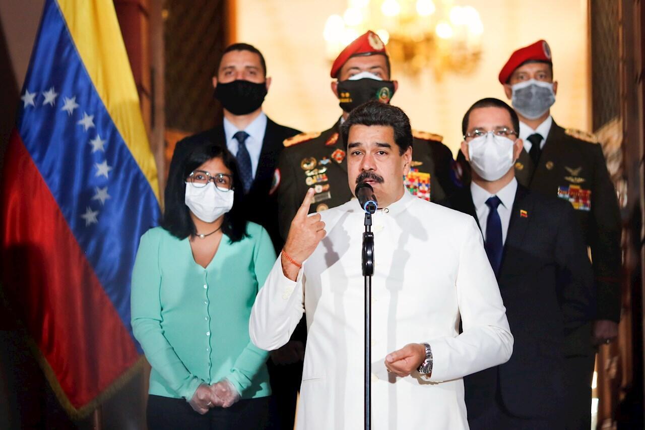 Una foto distribuida por el Palacio Presidencial de Miraflores muestra al presidente venezolano Nicolás Maduro haciendo una declaración acompañado por la vicepresidenta Delcy Rodríguez y el ministro venezolano de Asuntos Exteriores Jorge Arreaza en Caracas, Venezuela, el 30 de marzo de 2020.