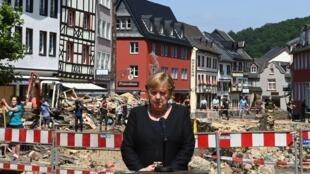 La canciller alemana, Angela Merkel, da una declaración a los medios durante una visita a Bad Muenstereifel, Alemania, afectada por las inundaciones, el 20 de julio de 2021.