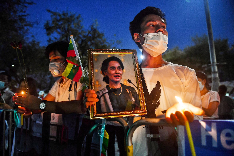Un migrante de Myanmar que vive en Tailandia sostiene un retrato de la líder civil detenida Aung San Suu Kyi durante un acto conmemorativo en Bangkok el 4 de marzo de 2021 para honrar a los que murieron durante las manifestaciones contra el golpe militar en su país.
