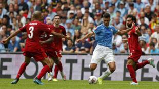 Le milieu de terrain de Manchester City Rodrigo au milieu des joueurs de Liverpool lors du match de la Community Shield au stade de Wembley le 4 aout 2019.