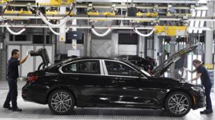 Dos empleados trabajan en la cadena de ensamblaje de la planta de BMW en San Luis Potosí (México), el 6 de junio de 2019
