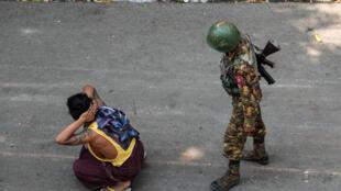 Birmanie-Soldat-Manifestant
