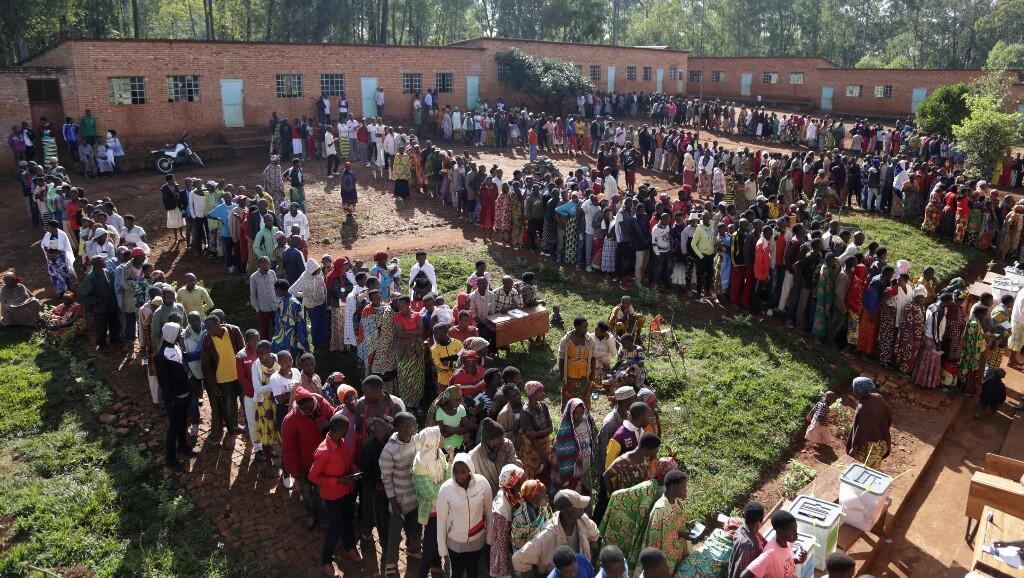 Decenas de votantes hacen fila en un colegio electoral, durante las elecciones presidenciales en Ngozi, Burundi, el 20 de mayo de 2020.