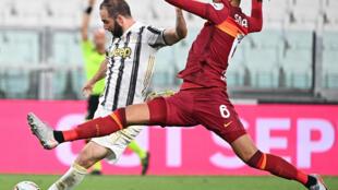 L'attaquant argentin de la Juventus, Gonzalo Higuain (g), à la lutte avec le défenseur de l'AS Rome, Chris Smalling, lors du match de Serie A à Turin, le 1er août 2020