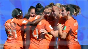Les Pays-Bas célèbrent le but de Vivianne Miedema, le 29juin2019 à Valenciennes.
