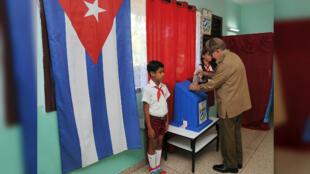 El expresidente cubano, Raúl Castro, vota en el referendo sobre la nueva Constitución en La Habana, Cuba, el 24 de febrero de 2019.