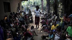 Une femme apporte de la nourriture à des déplacés à Kikwut, le 7 juin 2017.