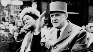 Le général Charles de Gaulle et sa femme Yvonne lors d'une visite à Londres, le 6 avril 1960.
