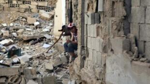 طفل سوري وسط الركام في حي جوبر