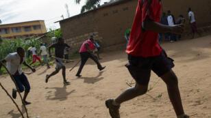 Des manifestants burundais fuient les tirs de la police, le 7 mai 2015, à Bujumbura.