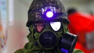 Un soldat sud-coréen porte un masque à gaz durant des exercices militaires menés conjointement avec les États-Unis dans une station de métro à Séoul en 2016.
