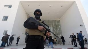 Un membre des forces de sécurité tunisiennes monte la garde le lendemain de l'attaque à l'entrée du musée du Bardo à Tunis, le 19 mars 2015.