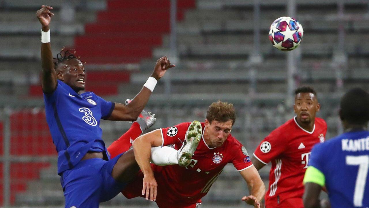 Tammy Abraham, joueur de Chelsea en action avec Leon Goretzka du Bayern Munich, lors du match qui s'est tenu à huis clos, le 8 août 2020.