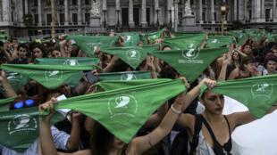 Le foulard vert est devenu le symbole de la campagne des Argentines en faveur du droit à l'avortement. Il rappelle le foulard des mères et grands-mères de la Place de Mai en lutte contre la dictature militaire en Argentine (1976-1982).