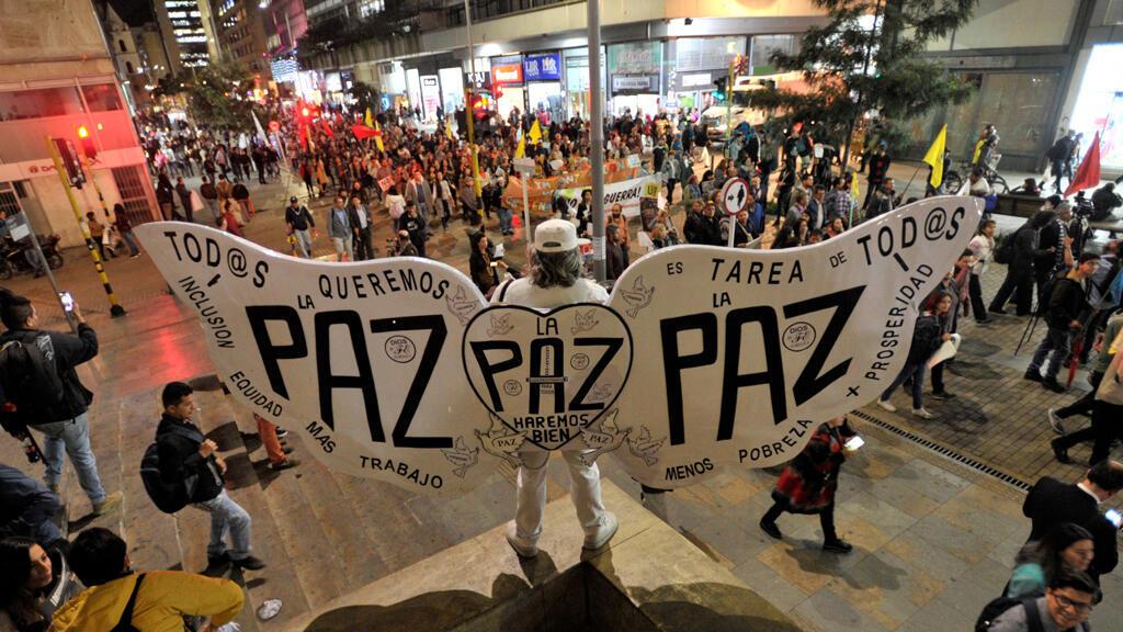 La gente participa en una protesta contra el llamado del presidente de Colombia , Ivan Duque, para que se realicen cambios a la Ley de Jurisdicción Especial para la Paz (JEP), en Bogotá, Colombia , el 18 de marzo de 2019.