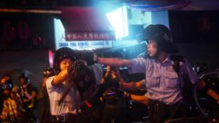 Un policier de Hong Kong pointe une arme à feu, le 25 août 2019.