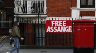 Devant l'ambassade équatorienne de Londres, où Julian Assange est réfugié depuis 2012.