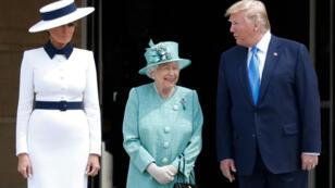 Le président américain, Donald Trump et son épouse Mélania Trump, aux côtés de la reine Elizabeth II, au palais de Buckingham à Londres, le 3 juin 2019.