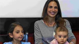Maude Versini pose avec ses deux derniers enfants, nés d'un second mariage, le 6 avril 2015 à Mexico City.