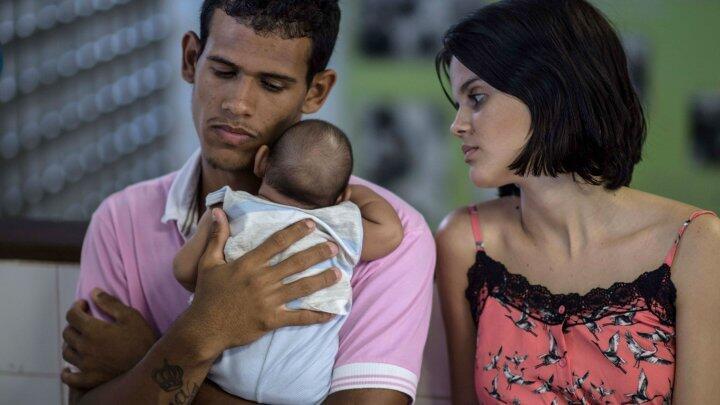 Un couple brésilien et leur fils de deux mois qui souffre de microcéphalie, une malformation qui provoque une taille anormalement petite du crâne et du cerveau chez les fœtus.