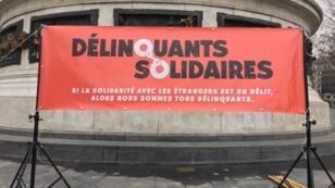 Une centaine de personnes s'est rassemblée à Paris pour dénoncer le délit de solidarité.