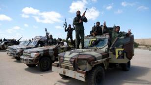 Un miembro del Ejército Nacional de Libia (LNA), comandado por Khalifa Haftar, es visto mientras se dirige a Benghazi para reforzar las tropas que avanzan a Trípoli, en Benghazi, Libia , el 7 de abril de 2019.
