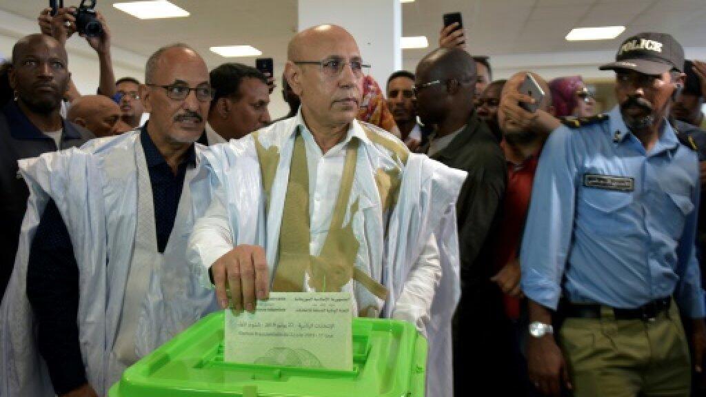 مرشح السلطة للانتخابات الرئاسية الموريتانية محمد ولد غزواني يدلي بصوته في مركز اقتراع في نواكشوط في 22 حزيران/يونيو 2019