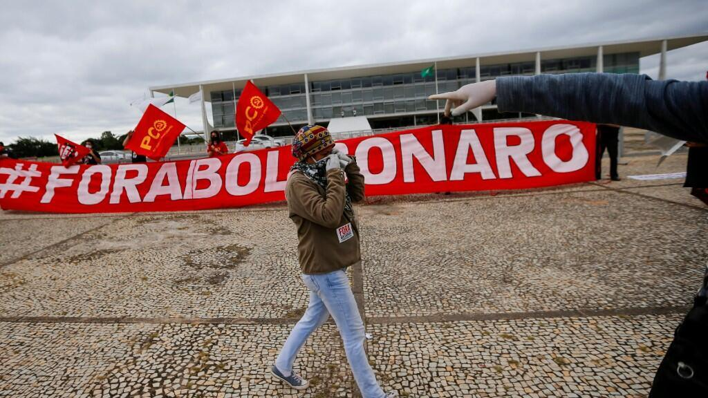Manifestantes participan en una protesta contra el presidente de Brasil, Jair Bolsonaro, frente al Palacio de Planalto, en medio del brote de Covid-19, en Brasilia, Brasil, el 20 de mayo de 2020.