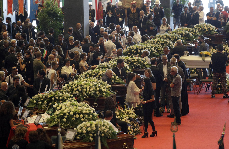 Samedi 18 août, déclaré jour de deuil national, l'Italie adresse un adieu sobre et solennel aux victimes dans le parc des expositions de Gênes. Lors de la cérémonie, tous les plus hauts responsables de l'État sont présents. Dix-neuf cercueils sont alignés sous d'énormes gerbes de fleurs. Les familles d'une partie des victimes ont cependant choisi de ne pas participer à la cérémonie, certains préférant des funérailles plus intimes et dans leur ville, d'autres annonçant clairement un boycott, pointant la responsabilité de l'État.